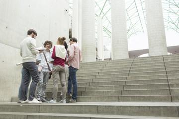 Gruppe von Studenten auf Treppen