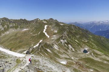 Wandern an schweizerisch-österreichischer Grenze, Montafon, Antönier Joch, Riedkopf und Rätikon im Hintergrund