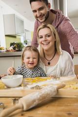 Familie beim Backen in der Küche zu Hause