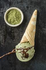Grüner Tee-Eis mit Schokoladensauce auf hausgemachter Eiscreme