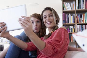Zwei junge Freundinnen, Selfie mit Tablet-Computer