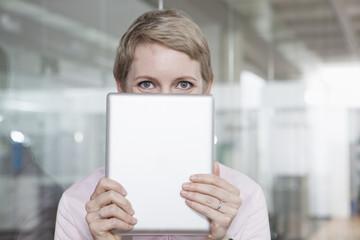 Geschäftsfrau im Büro, mit Tablet-PC