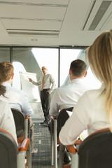 Gruppe von Geschäftsleuten während eines Seminars