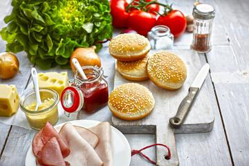 Zutaten von Burger auf hellem Grund