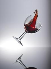Rotwein im Glas schwappt