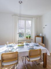 Esszimmer mit festlichen gedeckten Tisch