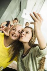 Zwei glückliche Teenager-Mädchen, die ein Selfie schiessen