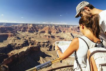 USA, Arizona, Paar mit Karte vor dem Grand Canyon