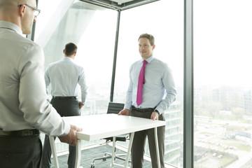 Unternehmer trägt Schreibtisch im neuen Büro
