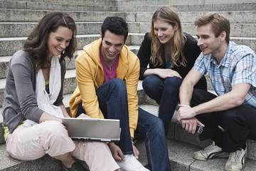 Mann und Frau mit Laptop, diskutieren gemeinsam