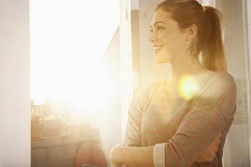 Glückliche Frau, am offenen Fenster