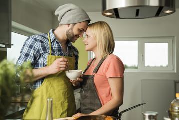 Verliebtes Paar in der Küche, kocht zu Hause