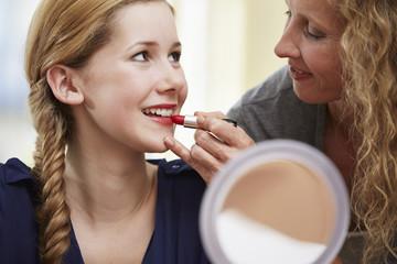 Mutter mit ihrer Tochter, Lippenstift
