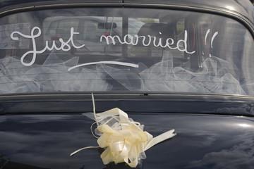 Frankreich, Bretagne, Finistere, Londoner Taxi, Autofenster mit der Aufschrift gerade geheiratet