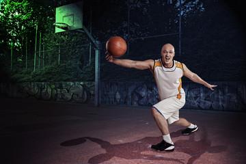 Basketball-Spieler, in der Nacht auf Basketballplatz