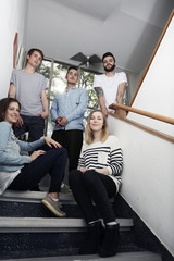 Gruppe kreativer Profis auf Treppe