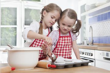 Mädchen schiebt Backblech in den Ofen