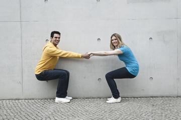 Mann und Frau vor einer Wand