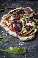 Mini-Pizza mit Roter Bete, Rucola und Pinienkernen
