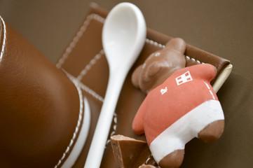 Orsetto cioccolato e cucchiaio in ceramica