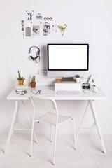 Weisses Arbeitszimmer mit Computer-Monitor
