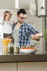 Vater und Tochter in der Küche