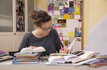 Weibliche Schülerin bei Hausaufgaben