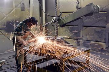 Arbeiten mit Schleifmaschine in einer Gießerei