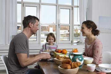 Vater, Mutter und Tochter, gesundes Frühstück