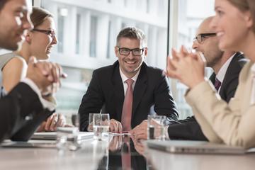 Meeting, fünf Geschäftsleute im Konferenzraum