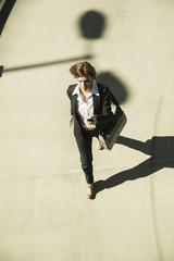 Geschäftsfrau eilt auf Parkebene