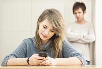 Deutschland, Berlin, Mutter und Tochter, mit Smartphone