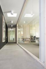 Leerer Flur-und Arbeitsbereich in modernem Büro