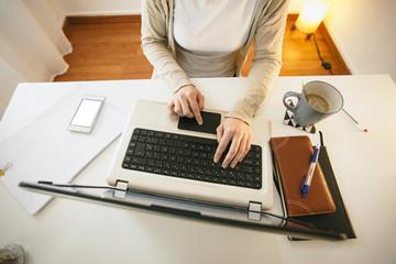 Frau im modernen Home-Office, Teilansicht