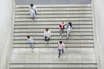 Gruppe von Studenten auf der Treppe