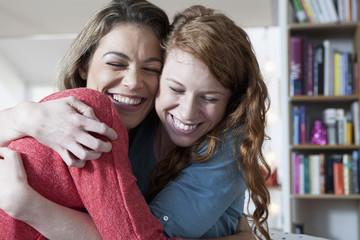 Zwei Freundinnen zu Hause, Umarmen
