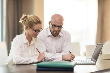 Geschäftsmann und Geschäftsfrau arbeiten zusammen