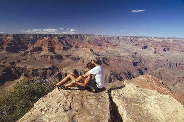 USA, Arizona, Paar geniesst die Aussicht im Grand Canyon