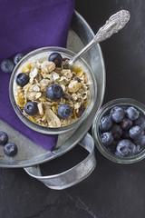 Frühstück, Schüssel mit Müsli, Heidelbeeren und Joghurt