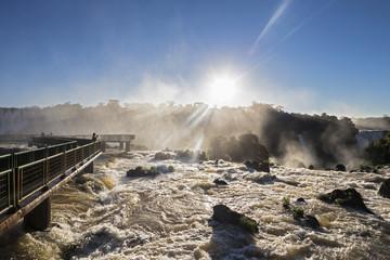 Südamerika, Brasilien, Parana, Iguazu Nationalpark, Iguazu Wasserfälle gegen die Sonne