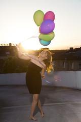 Teenager-Mädchen mit Luftballons im Freien