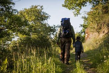 Deutschland, Rheinland-Pfalz, Moselsteig, Vater und Sohn wandern