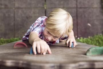Kleiner Junge, Spaß auf einem Spielplatz