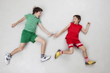 Zwei Jungen bei Stabübergabe, Staffellauf