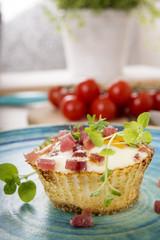 Ei-Muffins mit Schinkenwürfeln auf Teller