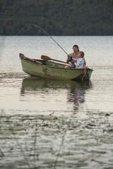 Deutschland, Rheinland-Pfalz, Laacher See, Vater und Sohn, Angeln vom Boot
