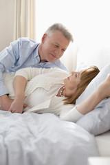 Älteres Paar entspannt auf dem Bett zu Hause