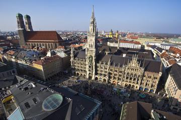 Deutschland, Bayern, München, Marienplatz mit Rathaus und Neuer Frauenkirche