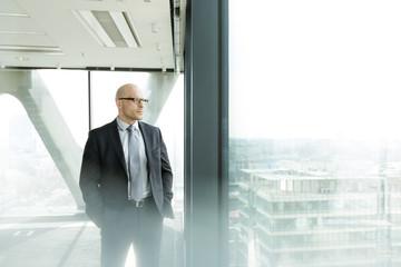 Nachdenklicher Geschäftsmann auf Büroetage