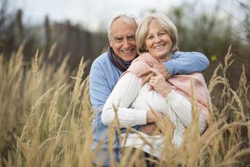 Senior hält seine Frau in seinen Armen